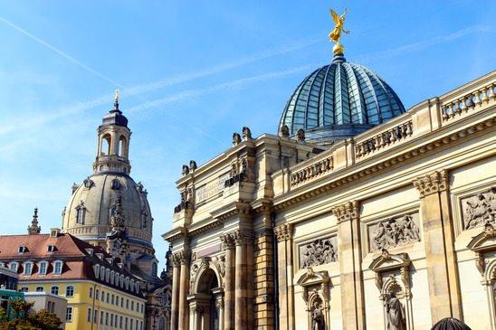 Standort Dresden: Die Akademie der Künste und die Frauenkirche im Hintergrund.